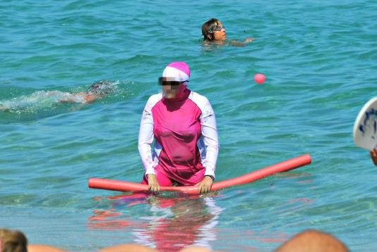 musulmane à la plage en burkini