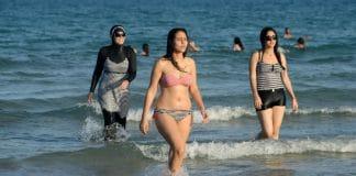 burkini maillot de bain cohabitent à la plage