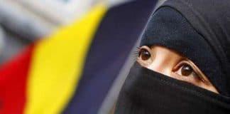 femme voilée islam avec drapeau belge