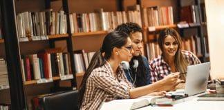 étudiantes à la bibliothèque
