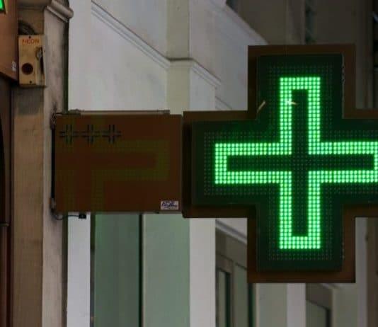 luminaire pharmacie dans la nuit