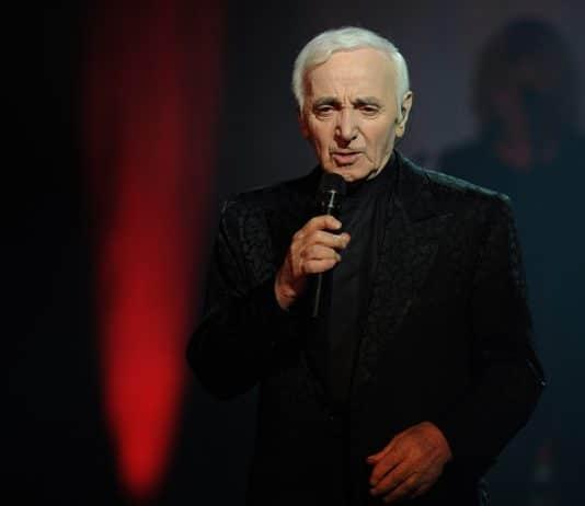 Charles Aznavour entrain de chanter sur scène