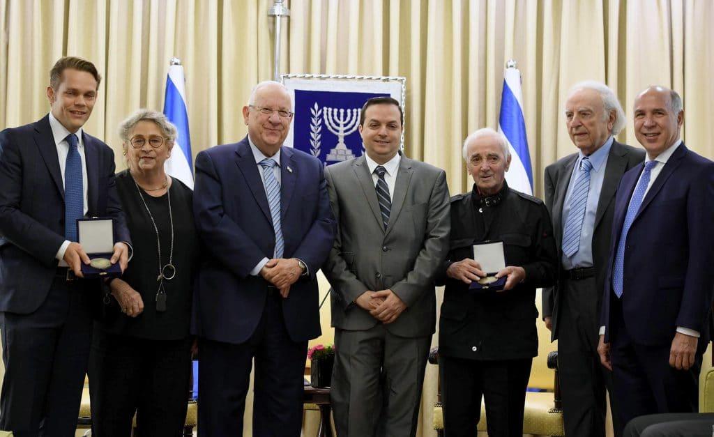 Aznavour recevant une médaille pour son oeuvre, sa tolérance